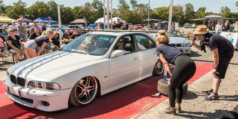 Dieser 5er-BMW (E39) hat sein Fahrwerk komplett herunter gefahren und berührte trotzdem die Limbo-Stange. Damit war das Auto aus dem Wettbewerb ausgeschieden.