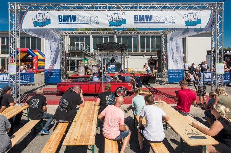 BMW Scene Show 2018: BMW 02er Cabrio beim Car Limbo Wettbewerb.