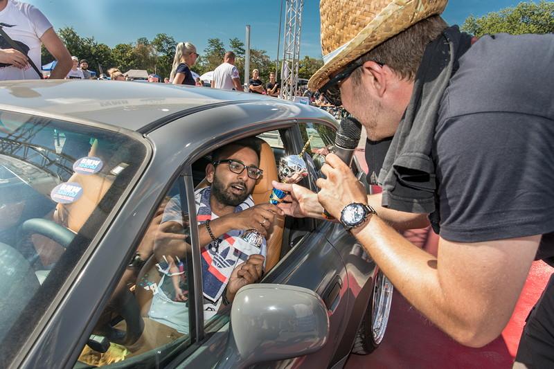 BMW Scene Show 2018. Der Sieger des Car Limbo Wettbewerbs erhält seinen Pokal.