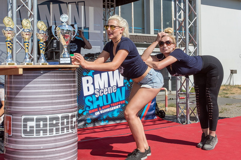 BMW Scene Show 2018: Show-Girls in der Performance Area.