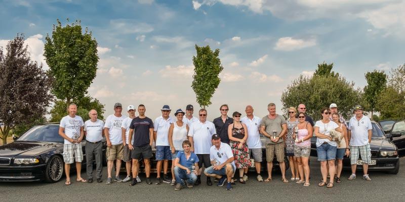 Gruppenfoto der BMW 7er-Fahrer beim BMW Treffen in Gießen-Lützellinden
