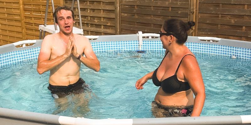 Poolparty bei Ralf ('Ralle735iV8') im Garten am Samstagabend, Daniel ('Swordy') und Ann-Kristin ('Rakete') im Pool.