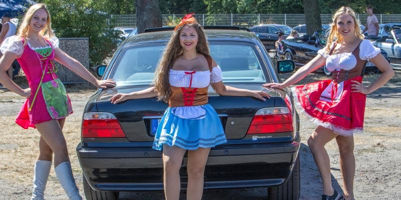 BMW Scene Show 2018: drei Dirndl Contest Teilnehmerinnen am BMW 750i (E38) von Roland ('roland1')