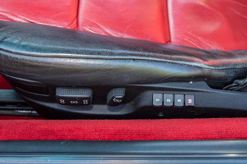 Rhein-Ruhr-Stammtisch im Oktober 2018, BMW 850i (E31) in seltener Colorline Ausstattung Calypsorot, elektrische Sitzverstellung