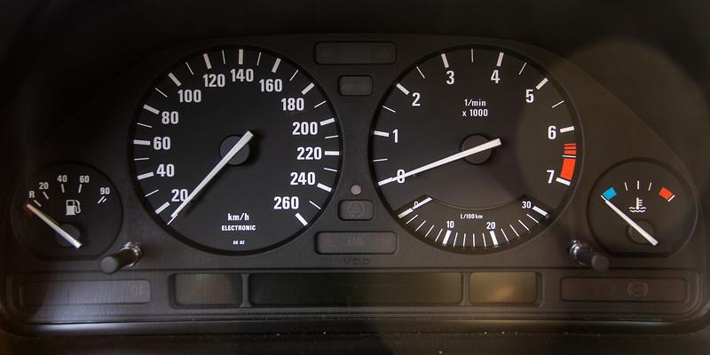 Rhein-Ruhr-Stammtisch im Oktober 2018, BMW 730i (V8, E32) von Eberhard ('ebbi'), Tacho-Instrumente
