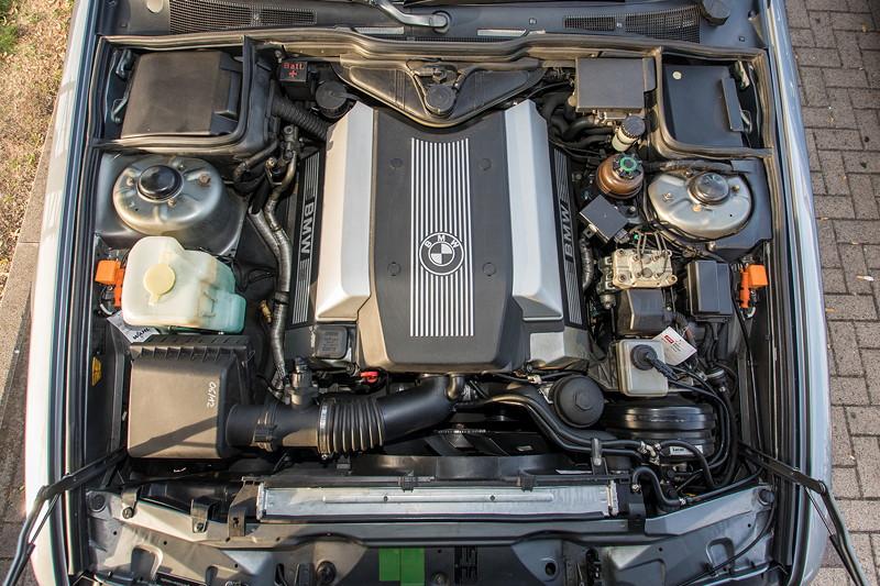 Rhein-Ruhr-Stammtisch im Oktober 2018, BMW 730i (V8, E32) von Eberhard ('ebbi'), Motorraum