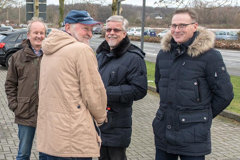 Rhein-Ruhr-Stammtisch im Februar 2019, Stammtischrunde auf dem Parkplatz: Dirk ('Dixe'), Peter ('TurboPeter'), Gregor ('leopold456') und Viktor ('Zuwack')