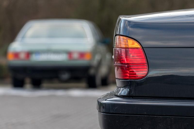 Rhein-Ruhr-Stammtisch im Februar 2019, Stammtisch-Parkplatz mit dem BMW 735i (E38) von Lothar ('ShadowLothar') und dem BMW 732iA (E23) von Viktor ('Zuwack')