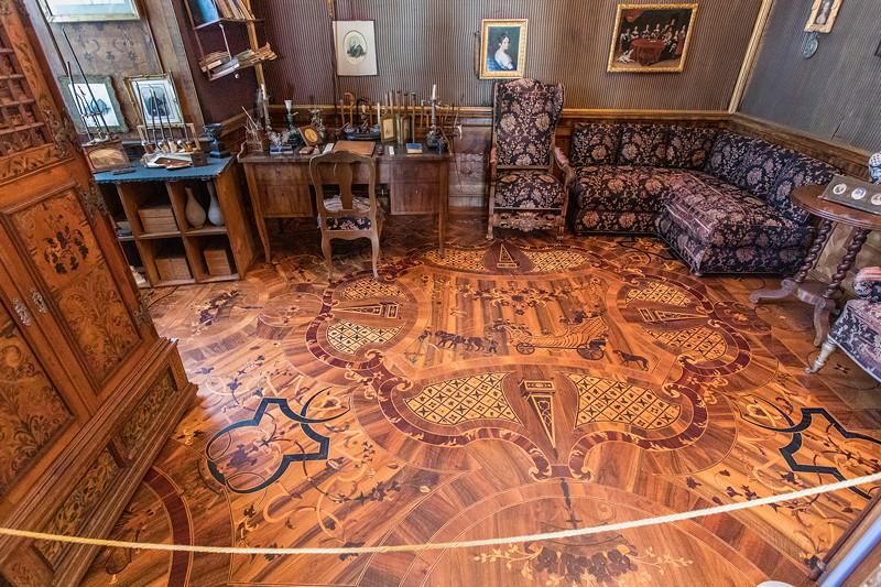 Besichtigung im Schloss Schillingsfürst: kleines Büro mit aufwändigem Holzboden mit Intarsien.