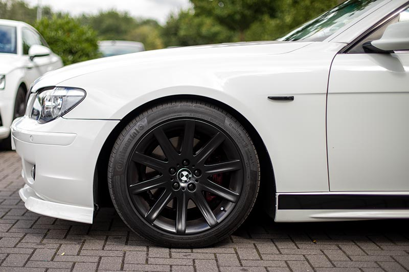 Rhein-Ruhr-Stammtisch im Juli 2020: BMW 750i (E65 LCI, Rechtslenker) von Olaf ('loewe40'), nun schwarz lackierte 19 Zoll Sternspeiche Felgen