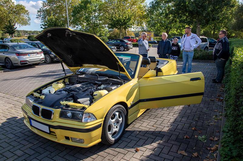 Rhein-Ruhr-Stammtisch im Oktober 2020: BMW 320i Cabrio Individual (E36) in dakar-gelb II von Micha ('bmwe23').