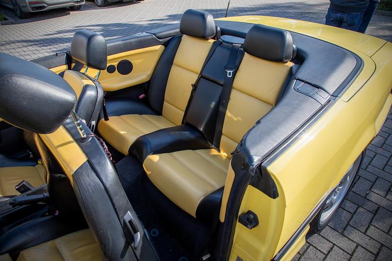 Rhein-Ruhr-Stammtisch im Oktober 2020: BMW 320i Cabrio Individual (E36) von Micha ('bmwe23'). Lederausstattung in BMW Individual BiColor schwarz/gelb.