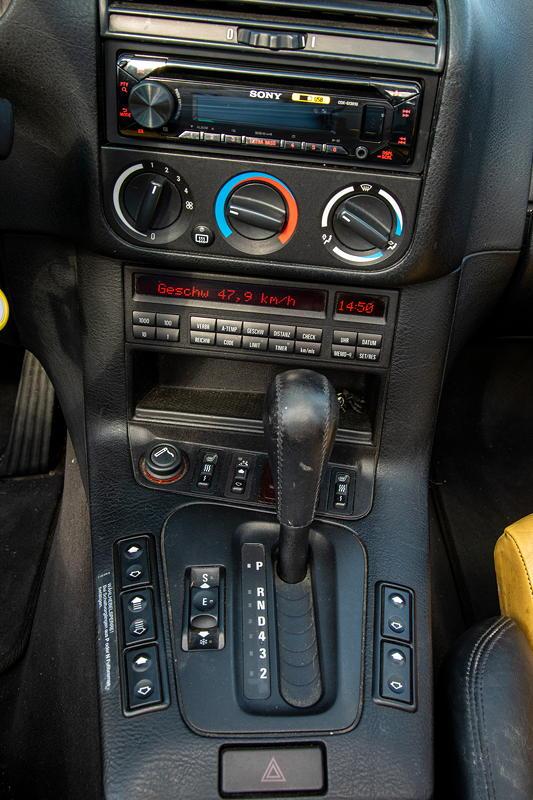Rhein-Ruhr-Stammtisch im Oktober 2020: BMW 320i Cabrio Individual (E36) von Micha ('bmwe23'). Mittelkonsole vorne.