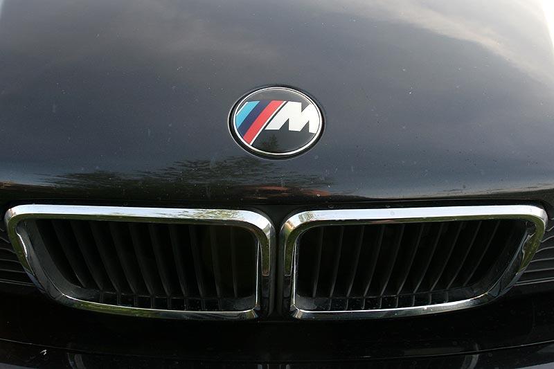 foto: m-emblem statt des bmw-propellers auf der motorhaube (vergrößert)