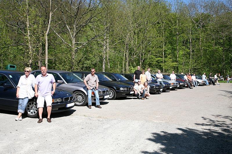 16b9a24ad452df Foto  Stammtisch-Teilnehmer mit ihren Autos auf dem Herkules ...