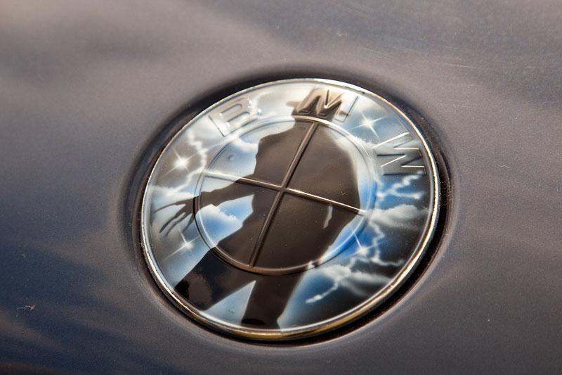 foto: alternatives bmw logo auf der motorhaube des bmw 735i (e65