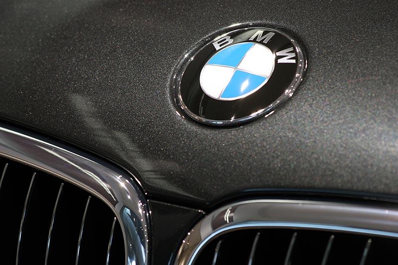 foto: bmw 760li individual, bmw emblem auf der motorhaube (vergrößert)