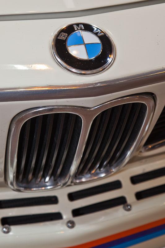 foto: bmw 3.0 csl (e9), motorhaube mit bmw logo, bmw niere (vergrößert)