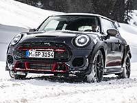 Auch Eis und Schnee halten ihn nicht auf: Der MINI John Cooper Works GP.