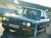 Das erste Kapitel der BMW M5 Story: Der Motor des BMW M1 unter der Haube einer Limousine.