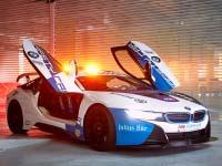 Ein echter BMW Racer an der Spitze des Feldes: Das Formel E Safety Car präsentiert sich im neuen Design.